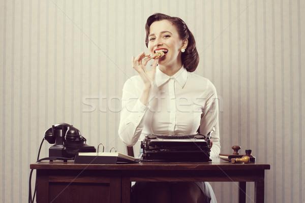 üzletasszony eszik süti mosolyog törik iroda Stock fotó © stokkete