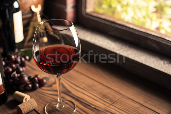 Degustación delicioso vino tinto copa de vino botella Foto stock © stokkete