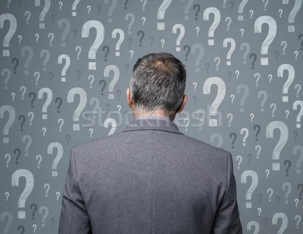 Business beslissingen zakenman vraagtekens uitvoerende Stockfoto © stokkete