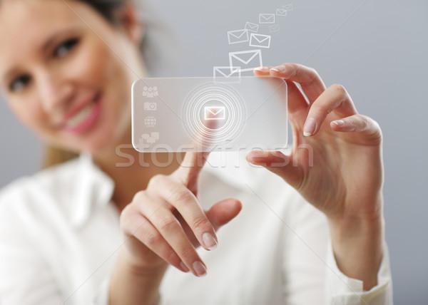Gyönyörű nő gépel posta innovatív okos okostelefon Stock fotó © stokkete