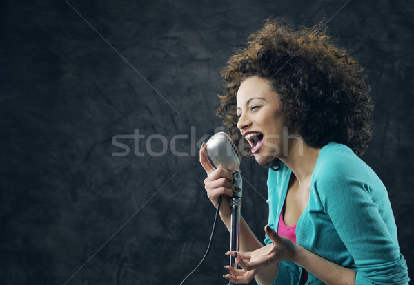 женщины певицы молодые коричневый вьющиеся волосы пения Сток-фото © stokkete