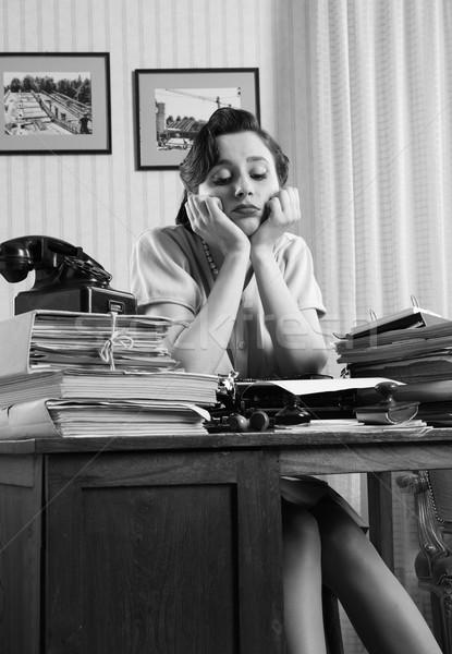 überwältigt Büroangestellte gelangweilt Sitzung hinter groß Stock foto © stokkete