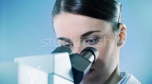 Kadın araştırmacı mikroskop genç laboratuvar Stok fotoğraf © stokkete