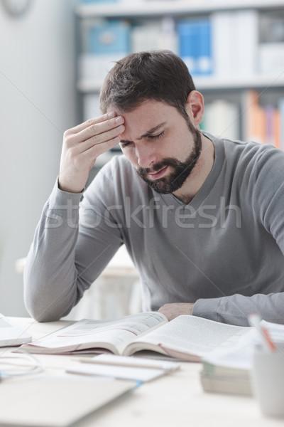Kimerült férfi fejfájás fiatalember dolgozik irodai asztal Stock fotó © stokkete