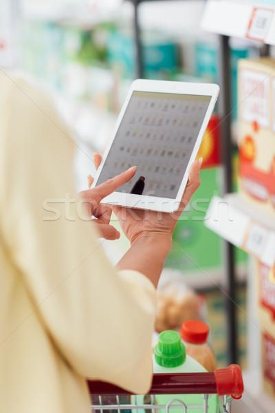 Foto stock: Mulher · comprimido · supermercado · mulher · jovem · compras · digital