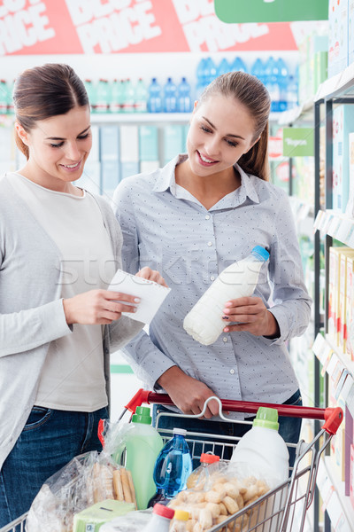 Foto stock: Mulheres · compras · juntos · jovem · feliz · supermercado