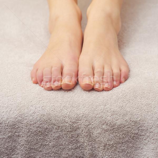 Láb szépségápolás gyönyörű női láb törölköző Stock fotó © stokkete