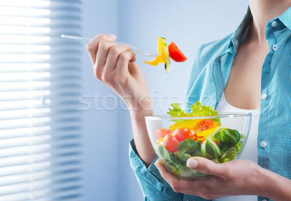 昼休み 女性 ボウル 食べ サラダ ストックフォト © stokkete