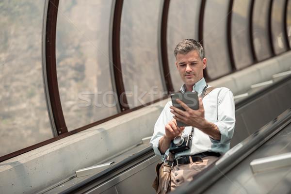 Turista mozgólépcső kapcsolódik érintőképernyő tabletta keres Stock fotó © stokkete