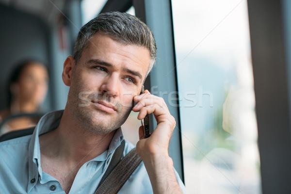 Zakenman woon-werkverkeer werk bus telefoongesprek smartphone Stockfoto © stokkete