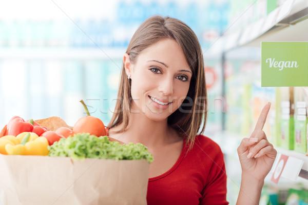 Vegan compras sorrindo supermercado mercearia Foto stock © stokkete