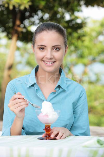 Fagylalt gyönyörű lány eszik sundae lány portré Stock fotó © stokkete