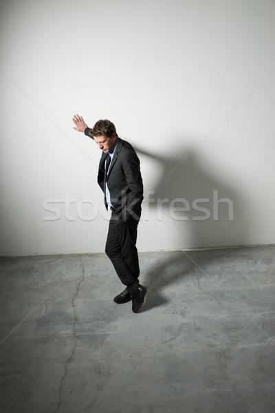 Stock fotó: Töprengő · üzletember · fáradt · dől · fal · üres · szoba
