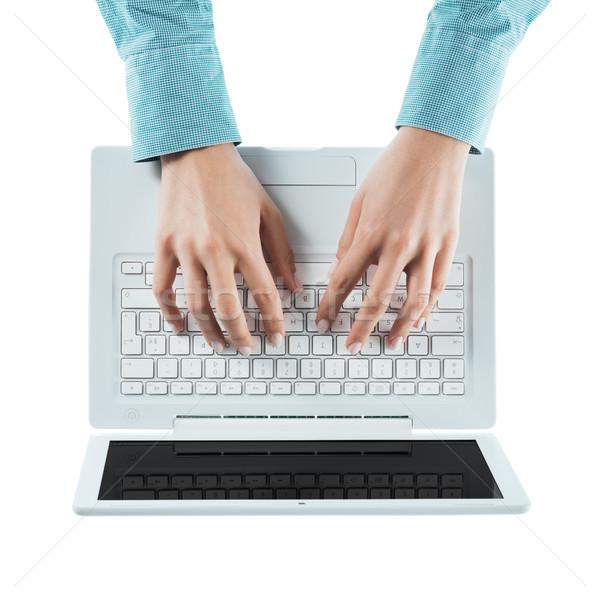 Blogger gépel laptop üzletasszony laptop billentyűzet fehér Stock fotó © stokkete