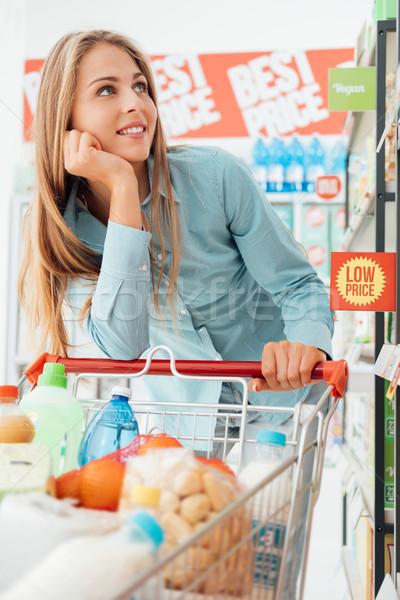 Kruidenier winkelen supermarkt aantrekkelijk gelukkig vrouw Stockfoto © stokkete