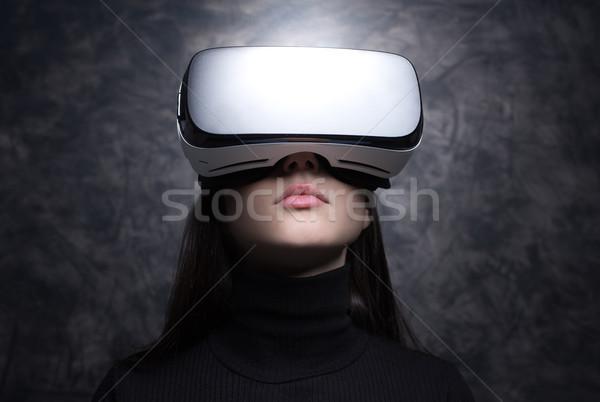 Fiatal nő visel virtuális valóság szemüveg szórakoztatás Stock fotó © stokkete