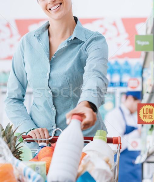 Bakkal alışveriş depolamak mutlu genç kadın ürünleri Stok fotoğraf © stokkete