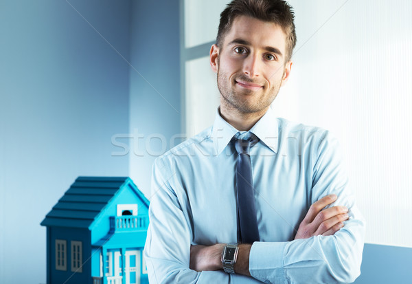 Ingatlan ügynökség fiatal ingatlanügynök keresztbe tett kar modell Stock fotó © stokkete