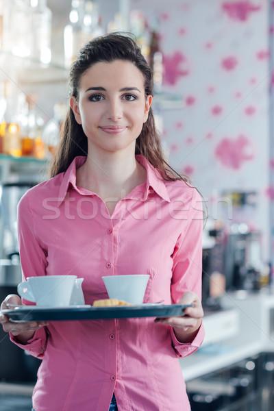 Jonge glimlachend serveerster roze Stockfoto © stokkete
