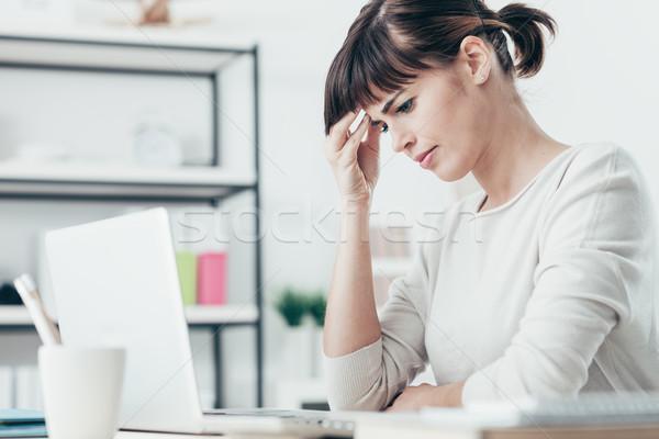 Frau Kopfschmerzen Büro traurig müde schlecht Stock foto © stokkete