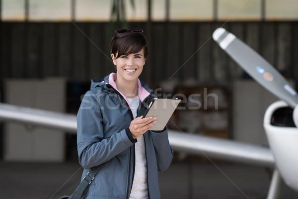Viaggio aviazione apps donna partenza tablet Foto d'archivio © stokkete