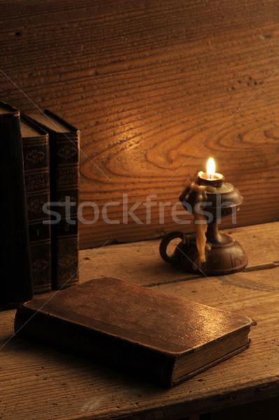 Foto stock: Velho · livro · mesa · de · madeira · luz · de · velas · madeira · arte · verde