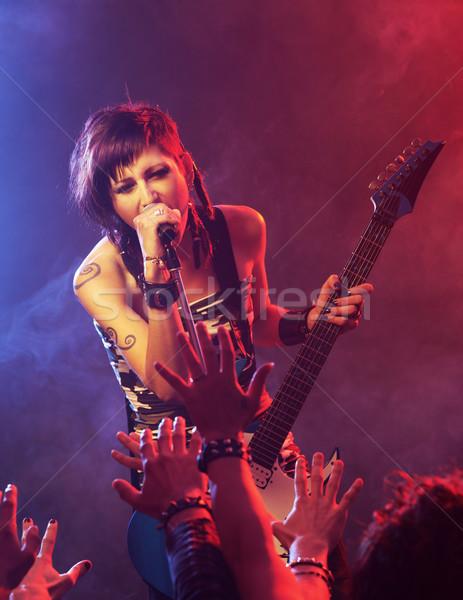 Rock star kobiet piosenkarka gitarzysta rock koncertu Zdjęcia stock © stokkete
