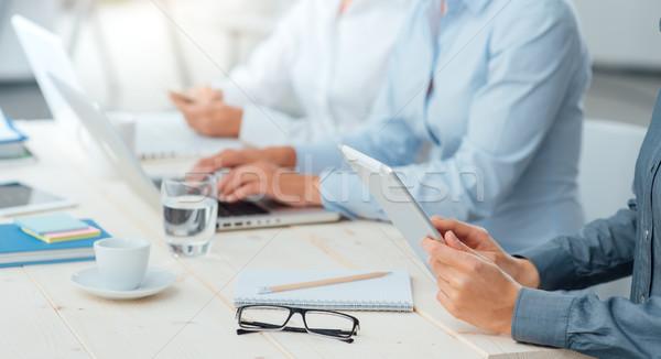 Zespół firmy pracy ręce laptopy Zdjęcia stock © stokkete