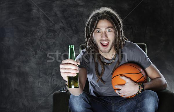 Fan oglądanie telewizji szczęśliwy młody człowiek oglądania sportu Zdjęcia stock © stokkete