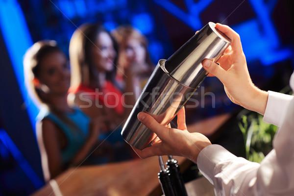 Cocktail barman jonge vrouwen bar meisjes dienst Stockfoto © stokkete
