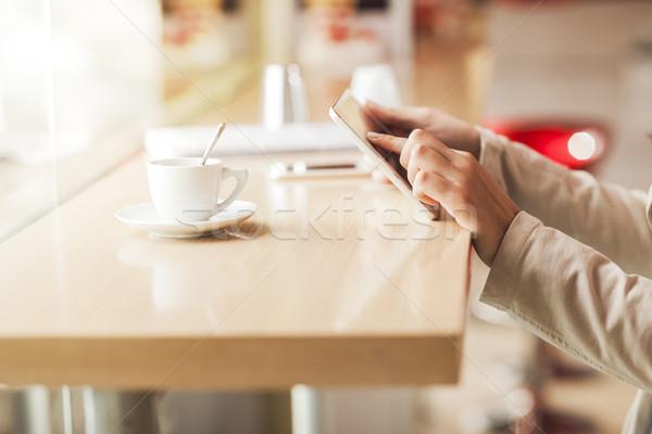 Nő érintőképernyő tabletta kezek közelkép asztal Stock fotó © stokkete