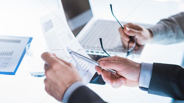 üzleti megbeszélés tervez üzleti csapat megbeszél pénzügyi jelentések Stock fotó © stokkete