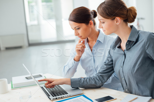 Foto stock: Negocios · mujeres · portátil · trabajo · en · equipo