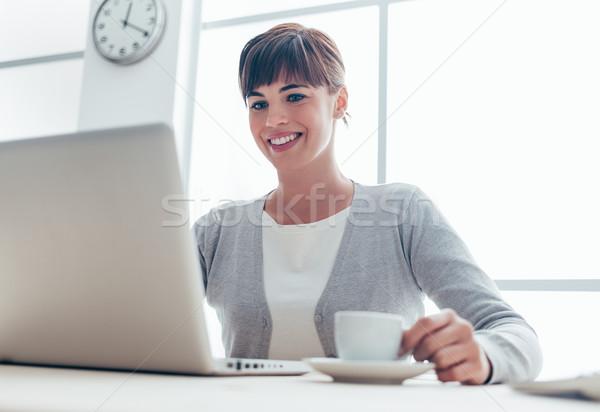 Stockfoto: Zakenvrouw · koffiepauze · jonge · glimlachend · vergadering