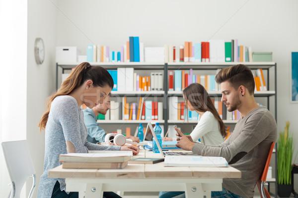Klas groep college studenten huiswerk studeren Stockfoto © stokkete