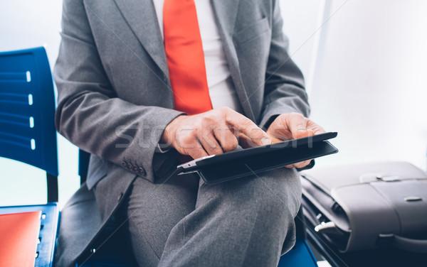 üzletember kapcsolódik tabletta vállalati ül váróterem Stock fotó © stokkete