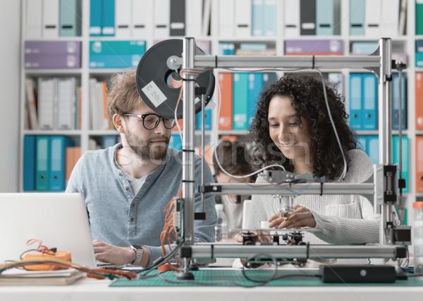 Engenharia estudantes 3D impressora laboratório usando laptop Foto stock © stokkete