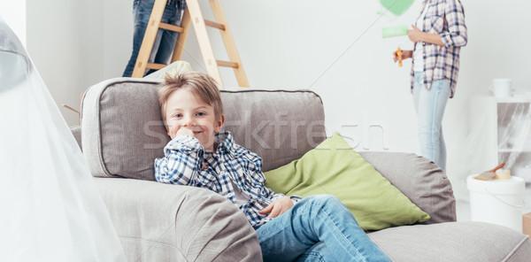 Melhoramento da casa menino sessão poltrona pais pintura Foto stock © stokkete