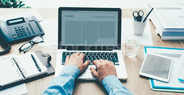 Foto stock: Empresário · trabalhando · escritório · corporativo · mesa · de · escritório · escrita
