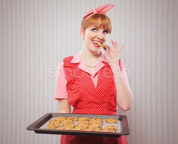 Retro huisvrouw cookies cookie dienblad Stockfoto © stokkete