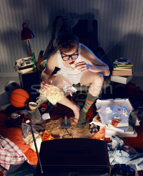 Fiú néz tv eszik sültkrumpli szék Stock fotó © stokkete