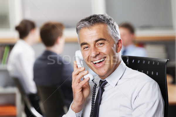 Una buena noticia maduro empresario teléfono colegas oficina Foto stock © stokkete