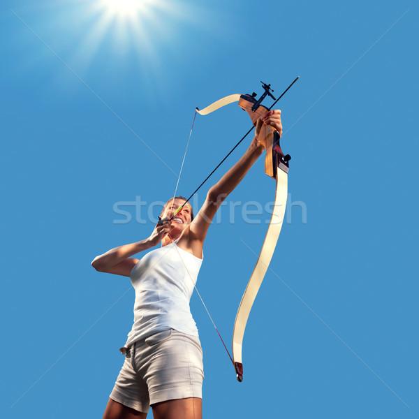 Vrouw oefenen boeg pijl aantrekkelijke vrouw blauwe hemel Stockfoto © stokkete