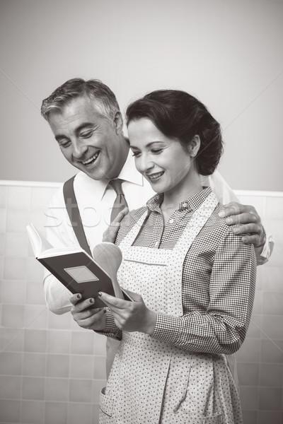 Eş koca okuma yemek kitabı birlikte bağbozumu Stok fotoğraf © stokkete