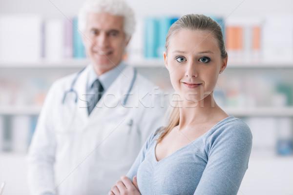 Patienten lächelnd Kamera Gesundheitswesen Büro Stock foto © stokkete