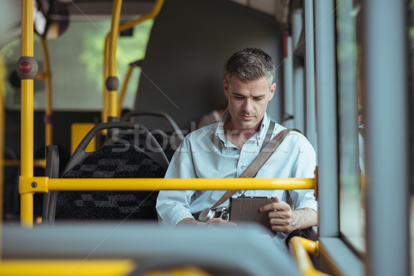 üzletember utazó busz ingázás munka dolgozik Stock fotó © stokkete