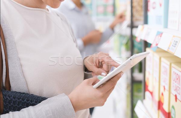 ストックフォト: 女性 · ショッピング · タブレット · 若い女性 · 食料品 · スーパーマーケット