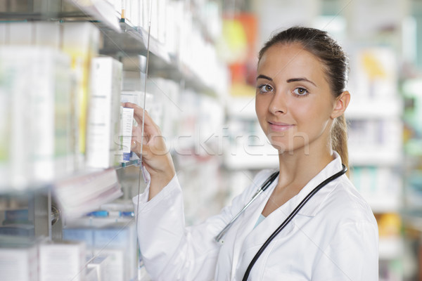 Gyógyszertár kiválaszt gyógyszer portré fiatal női Stock fotó © stokkete