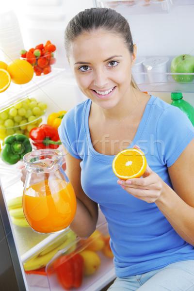 Zdjęcia stock: Sok · pomarańczowy · piękna · młoda · kobieta · lodówce · dziewczyna · owoców