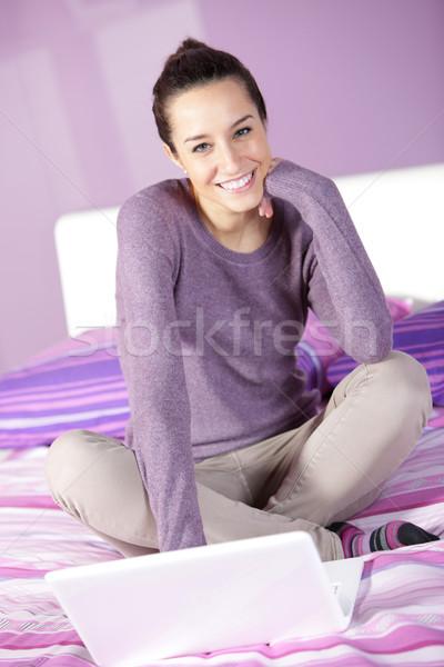 Vrouw bed met behulp van laptop portret jonge vrouwelijke Stockfoto © stokkete